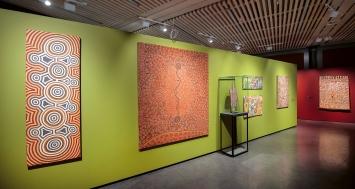 Before Time Began, Arbeiten aus den Pionierjahren der Gegenwartskunst der Aborigines, 1971–1974, Ausstellungsansicht Fondation Opale, Lens.Foto: Sébastien Crettaz