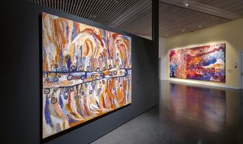 Before Time Began, Arbeiten des Frauenkollektivs Anangu Pitjantatjara Yankunytjatjara/APY, Ausstellungsansicht Fondation Opale, Lens.Foto: Sébastien Crettaz