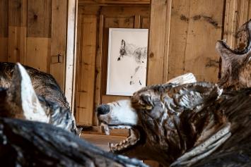 Rochus Lussi · Wolfsrudel, 2016–2021 (im Vordergrund); Michael Günzburger, Der Wolf, 2014 (im Hintergrund), Ausstellungsansicht Casa d'Angel, Lumbrein.Foto: Ida Sgier