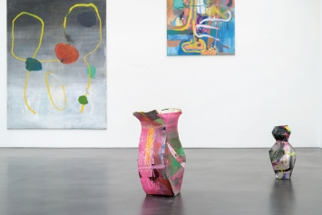 Lipp&Leuthold · I Licked the Yellow Suit of the Sun, Ausstellungsansicht Kunstmuseum Luzern, 2021; oben u.a. mit ‹Planets›, 2021; unten mit ‹The Yellow Suit›, 2021.Foto: Marc Latzel