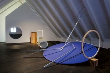 Barbara Davi · Der Raum als Feld, 2021, Installationsansicht Benzeholz © ProLitteris