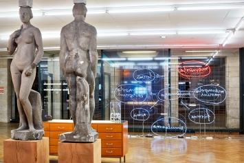 Memory, Ausstellungsansicht mit Werken von Michael Meier & Christoph Franz (vorne) und Sebastian Utzni (hinten), Kunstmuseum Olten, 2021.Foto: Kaspar Ruoff