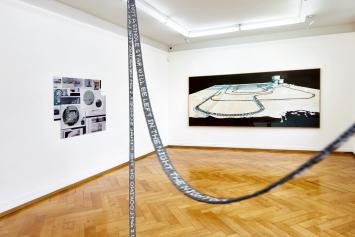 Memory, Ausstellungsansicht mit Werken von Franziska Furter (Objekt), Cécile Hummel (links) und Marc-Antoine Fehr (rechts), Kunstmuseum Olten, 2021.Foto: Kaspar Ruoff