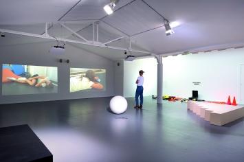 Alexandra Bachzetsis · An Ideal for Living, 2018, Ausstellungsansicht Centre culturel suisse à Paris.Foto: Marc Domage