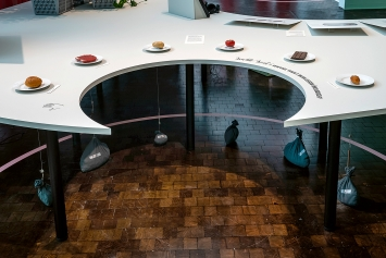 Zu Tisch, Ausstellungsansicht Vögele Kulturzentrum, 2020.Foto: Maurice Grünig