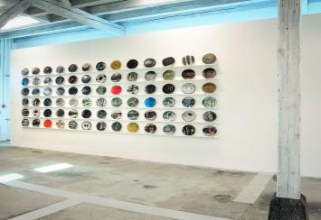 Luigi Archetti · Noten 1988–1989, 78-teilige Installation, Gipsplaketten, Holzkonsolen, je 24,5x32,5x2cm.Foto: Brigitt Lattmann