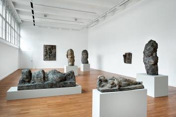 Hans Josephson · Ruhende Frau, 1970 (vorne); Grosse Liegende, 2005 (links); drei Halbfiguren von 1990–2003 (rechte Saalseite); Wandreliefs 1952/1995, Museum zu Allerheiligen Schaffhausen