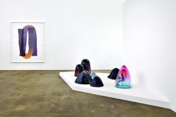Andrea Heller · untitled, 2017, Tinte auf Papier (an der Wand); Objekte aus Glas und Keramik, 2019, Raumansicht Kunstraum Medici Solothurn ©ProLitteris