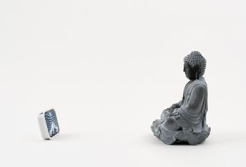 Michel Grillet · Bouddha-Mémoire de Paysage, 2012, Buddha-Statuette und bemalte Farbtablette, 2,9x3,4x0,9cm