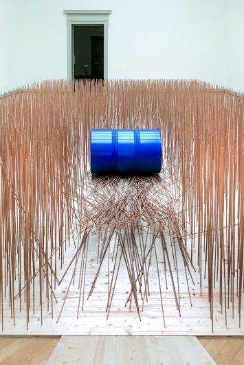 Blaues Fass: Schneise im Feld, 1999, Installationsansicht St.Gallen.Foto: Sebastian Stadler