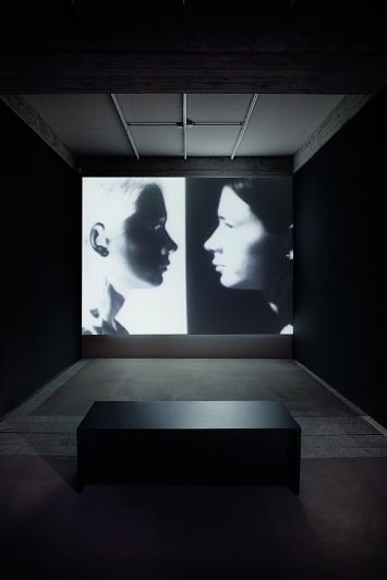 Keith Sonnier · Positive-Negative, 1970, Installationsansicht Kunstmuseum St.Gallen ©ProLitteris. Foto: Sebastian Stadler