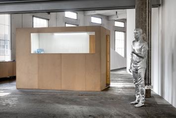 Alex Hanimann · Conversation Piece, 2018–2019, und Reinhard, 2018–2019; Christoph Büchel · Ohne Titel, 1997, Ausstellungsansicht Lokremise St. Gallen ©ProLitteris.Foto: Sebastian Stadler