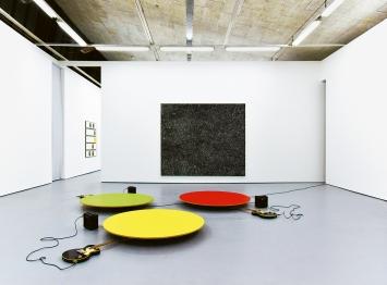 Luigi Archetti · Rauschen I, 2020, Partituren, Ölfarbe auf Leinwand, 240x280cm; Musik für Staub (Trio), 2020, Installation, Ausstellungsansicht Kunsthalle 8000 Wädenswil