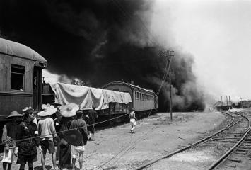 Walter Bosshard · Japanischer Bombenangriff auf eine Bahnlinie, Hankou, 1938 ©Fotostiftung Schweiz / Archiv für Zeitgeschichte