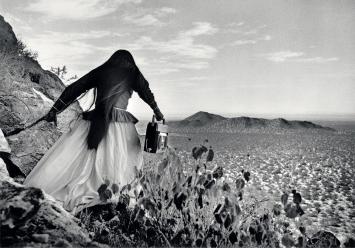 Graciela Iturbide· Mujer ángel, Sonoram Desert, Mexico, 1979, aus der Serie ‹Die Seri-Indianer›, 1979