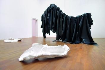 Una Szeemann · Auf einem langen Schatten, 2018 (hinten) und Über dem See und umgekehrt, 2018 (vorne).Foto: Kunsthalle Winterthur