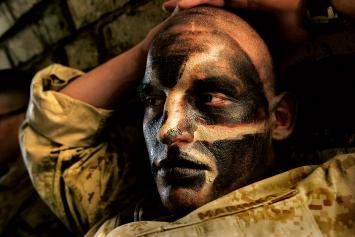 Carolyn Cole (*1961, Boulder, lebt in Los Angeles) · Ein Soldat der US Marines mit getarntem Gesicht während der Schlacht um Nadschaf, Irak, August 2004