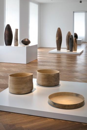 Ernst Gamperl · Dialog mit dem Holz, Ausstellungsansicht Gewerbemuseum Winterthur, 2019.Foto: Michael Lio