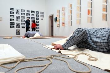Franz Erhard Walther · 1. Werksatz Nr. 28, Gegenüber, 1967, Aktivierung in der Kunsthalle Winterthur, 22.4.2021 ©ProLitteris.Foto: Christian Schwager