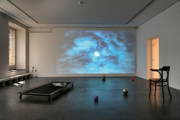 """Jiajia Zhang · Is Sun Still or Moving?, 2021, HD-Video, Farbe, Ton, 11'34"""", Loop, Soundtrack von dem Album Game Heaven mit Genehmigung des Seth Price Studio, NYC; Bed for a restless sleeper, Enzo Mari Bettgestell, 87x207cm, Courtesy Postmodern & Brutalist Cipriani Collection.Foto: Jiri Makovec"""