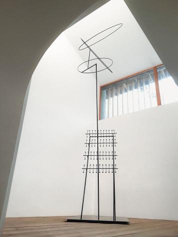 Fausto Melotti · I luoghi deputati (Die Spielorte), 1976, Kupfer, 655x130x100cm, Courtesy Monica De Cardenas, Zuoz