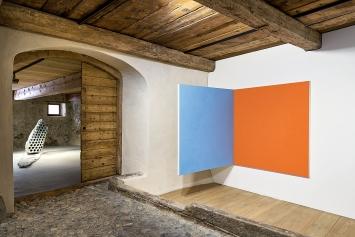 Julian Charrière · Not All Who Wander Are Lost, 2019 (hinten); Martina Klein · Untitled, 2001, Ölfarbe, Baumwolle, Holzrahmen, 145x140x140cm.Foto: Ralph Feiner