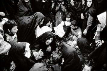 Alberto Venzago · Kriegswitwen trauern am Grab, Dezful, Iran, 1983
