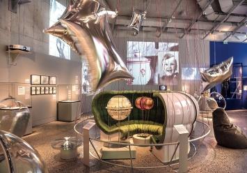 Imagine 68 · 2018, Blick in die Ausstellung: futuristische Hängekugelsessel, Silberwolken à la Andy Warhol, Filmprojektionen (Ausschnitte).Foto: Schweizerisches Nationalmuseum