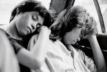 Alberto Venzago · Zugedröhnte Kinderprostituierte auf dem Weg ins Hotel, Manila, Philippinen, 1993
