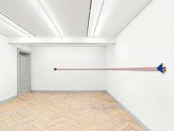 Valentin Carron · Flesh and Wool, 2020, Lindenholz, Emailfarbe, 20,5x890x2cm; Ausstellungsansicht Galerie Eva Presenhuber, Zürich/New York.Foto: Stefan Altenburger