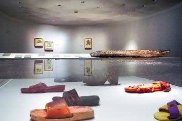 Tiffany Chung · Thú Thiêm: Ein archäologisches Projekt zum künftigen Gedenken, 2010–13, Installation mit Grabungsfunden, gemalten Landkarten, Video und Text, Ausstellungsansicht Johann Jacobs Museum Zürich.Foto: Geneviève Frisson