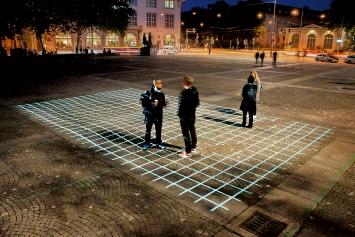 Corina Rüegg · Grid, 2014/2020, Helvetiaplatz, Zürich, Videoprojektion, ca. 600x1000cm, Courtesy KiöR Zürich und Visarte Zürich.Foto: Taiyo Onorato& Nico Krebs