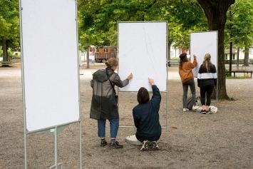 Fiona Könz& Gregor Vogel · Connecting Dots, 2020, Lindenhof, Zürich, 7 Plakatständer, 14 Plakate im Digitaldruck, je 128x90cm, Courtesy KiöR Zürich und Kein Museum, Zürich.Foto: Taiyo Onorato& NicoKrebs