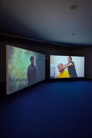 Gabriel Studerus & Julia Geröcs · du woher, 2019, Installation mit 2-Kanal-Videoprojektion, Ausstellungsansicht ‹nach Zürich›.Foto: Zoe Tempest