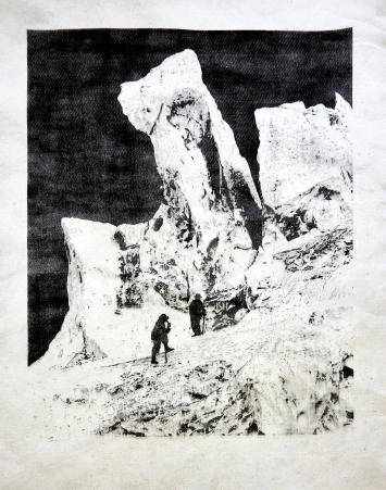 Douglas Mandry · Eisturm des Bossons-Gletschers, aus der Serie ‹Monuments›, 2020, Unikat, Lithografie auf gebrauchtem Gletschertuch (Geotextil), Courtesy der Bildhalle