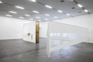 Yael Davids · A Reading That Loves, A Physical Act, 2017, Ausstellungsansicht Migros Museum für Gegenwartskunst.Foto: Giuseppe Micciché