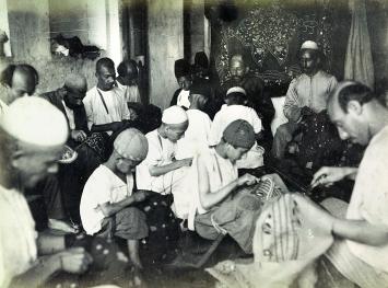 Sticker in einer Werkstatt im Basar von Rasht. Iran, 1880–1895, Albuminabzug