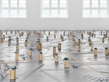 Zimoun · 191 prepared dc-motors, 39kg wood, 2021, Ausstellungsansicht Museum Haus Konstruktiv.Foto: Stefan Altenburger