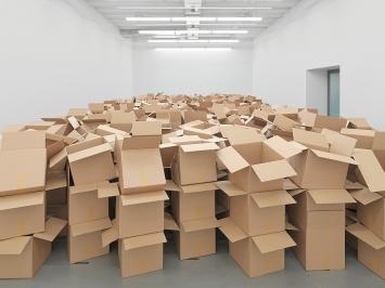 Zimoun · 104 prepared dc-motors, 825 cardboard boxes 35x32,5x32,5cm, 2021, Ausstellungsansicht Museum Haus Konstruktiv.Foto: Stefan Altenburger