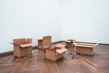 Basic Needs V–X, 2017, Kartonschachteln, Türschlösser, Lüftungsfilter, Mini-Projektoren, Videos (Loop),Schlüssel, Schlüsselanhänger, verschiedene Dimensionen. Ausstellungsansicht Kunsthalle Basel