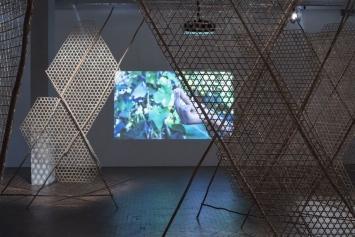 Minia Biabiany,Toli Toli, 2018, Videoinstallation,geflochtener Bambus, Holz, Faden, Video, 5min
