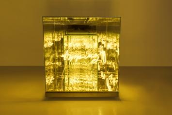 Brigitte Kowanz, «Tipping Point», 2018, Neon, Spiegel, 60 x 60 x 60 cm