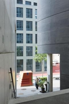 Rolf Brotschi, Skulpturengruppe, 1998, Glasfaserbeton, bemalt, drei Skulpturen, 200 x 195 x 190 cm; 65 x 65 x 250 cm; 95 x 105 x 220 cm, Raiffeisenbank, Durchgang Gartenstrasse/Wassergasse, St.Gallen. Foto: Susanne Stauss