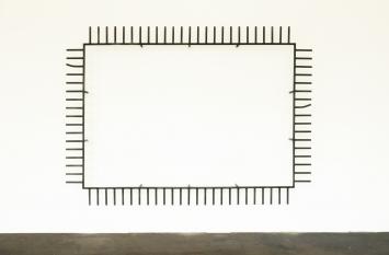Michał Budny, Flying Carpet, 2016, Stahl, Farbe, 220 x 300 x 30 cm, Courtesy the artist and Galerie annex14, Zürich