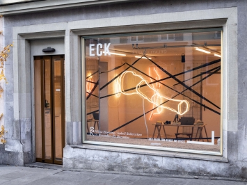 Project space Eck von aussen, hier Installation 720 von Félicia Eisenring und Isabelle Bullerschen