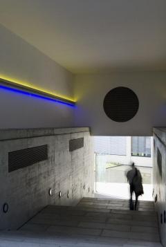 Urs Burger, Durchgang, 1998, Neon, Aluminium, Licht, Durchgang Gartenstrasse/Wassergasse, St.Gallen. Foto: Susanne Stauss
