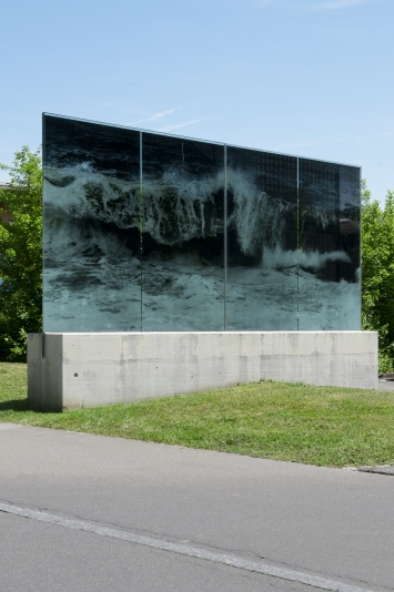 Balthasar Burkhard, Welle, 1996, Umsetzung Fotografie auf Glas, 190 x 462 cm Verwaltungsgebäude der Wasserwerke Zug Ag (WWZ), Chollerstrasse 24, Eigentum Wasserwerke Zug AG