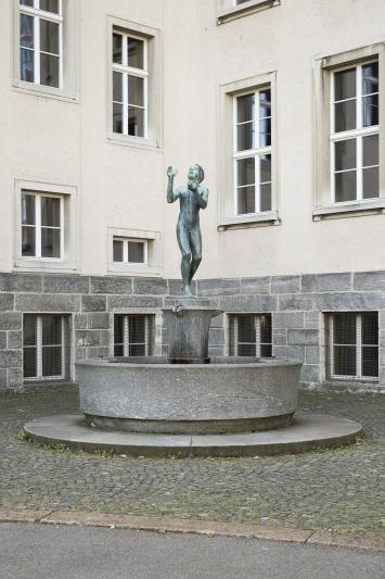 Carl Fischer, «Zwei Brunnen mit ballspielenden Kindern», 1930, Schulhaus Milchbuck, Fachstelle Kunst und Bau, Amt für Hochbauten, Stadt Zürich, Foto: Pietro Mattioli