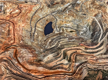 Edward Burtynsky · Chino Mine #5, 2012, Silver City, New Mexico, Vereinigte Staaten, Pigment Inkjet Print, 148,5x198,2cm, Courtesy Christophe Guye Galerie, Zürich / Nicholas Metivier Gallery, Toronto