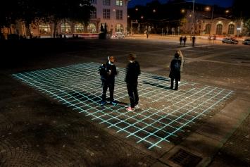 Corina Rüegg,GRID,2014/2020, Helvetiaplatz, Zürich.(Videoprojektion, ca. 600 × 1000 cm)© Taiyo Onorato & Nico Krebs / Kunst im öffentlichen Raum Zürich («Gasträume 2020»),Courtesy: die Künstlerin und Visarte Zürich
